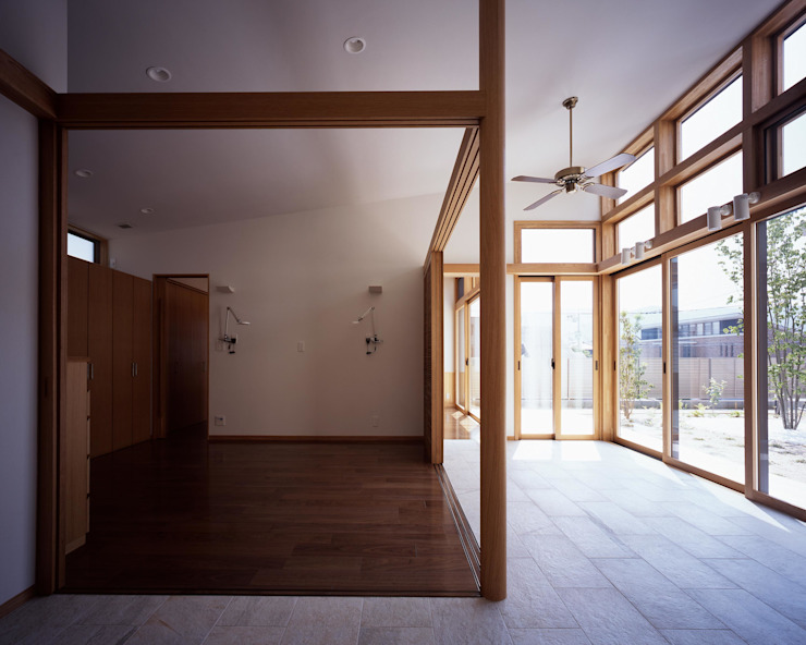 寝室とブレックファーストコーナー モダンスタイルの寝室 の イクスデザイン / iks design モダン タイル