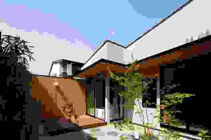 浴室前の和庭 モダンな庭 の イクスデザイン / iks design モダン 無垢材 多色