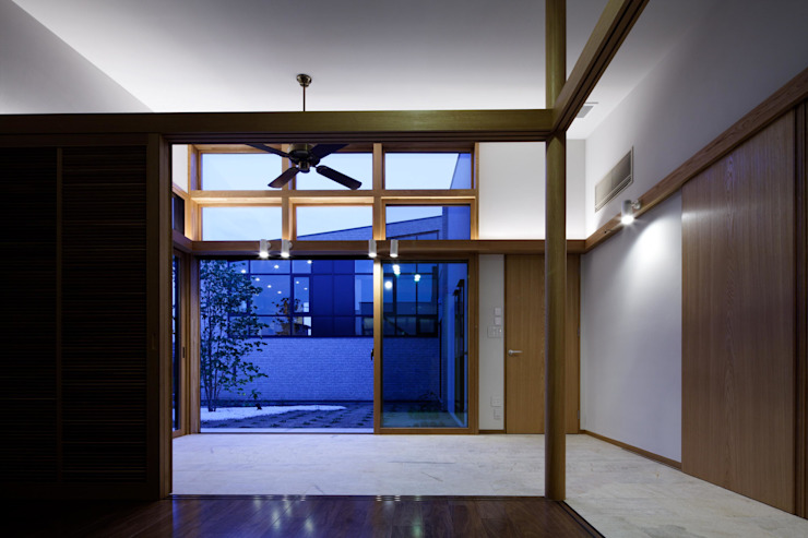 寝室からブレックファーストコーナー越しに中庭を望む モダンスタイルの寝室 の イクスデザイン / iks design モダン タイル