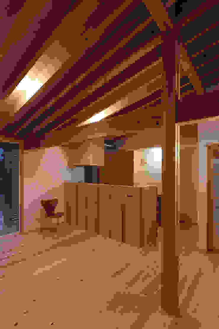 by 芦田成人建築設計事務所 Rustic Wood Wood effect