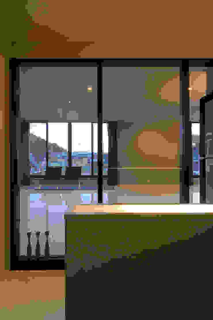 Modern Corridor, Hallway and Staircase by 風景のある家.LLC Modern