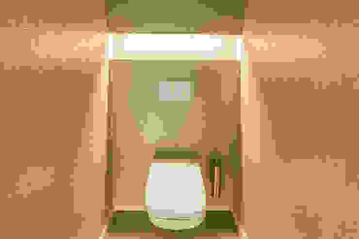 Eine außergewöhnliche Gästetoilette plan.b lichtplanung Moderne Badezimmer Bernstein/Gold