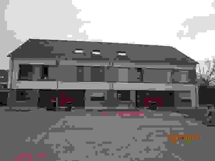 Ein weiteres Gebäude in der selben Neubausiedlung mit einem Satteldach Moderne Autohäuser von Kaya Architekten Modern