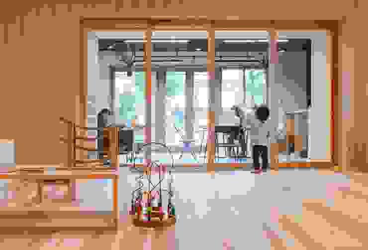 Ecoles originales par ピークスタジオ一級建築士事務所 Éclectique Bois Effet bois