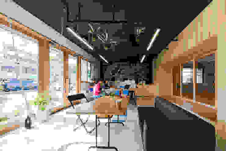Ecoles originales par ピークスタジオ一級建築士事務所 Éclectique Béton