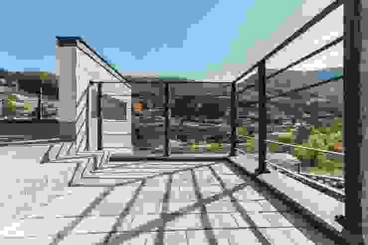 자연과 주택외관이 보여주는 하모니 모던스타일 발코니, 베란다 & 테라스 by 한글주택(주) 모던