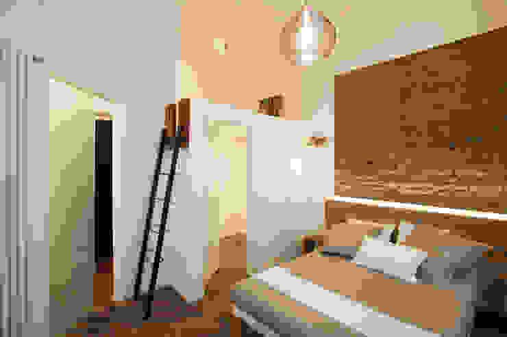NOT ANOTHER BRICK IN THE WALL GruppoTre Architetti Camera da letto moderna