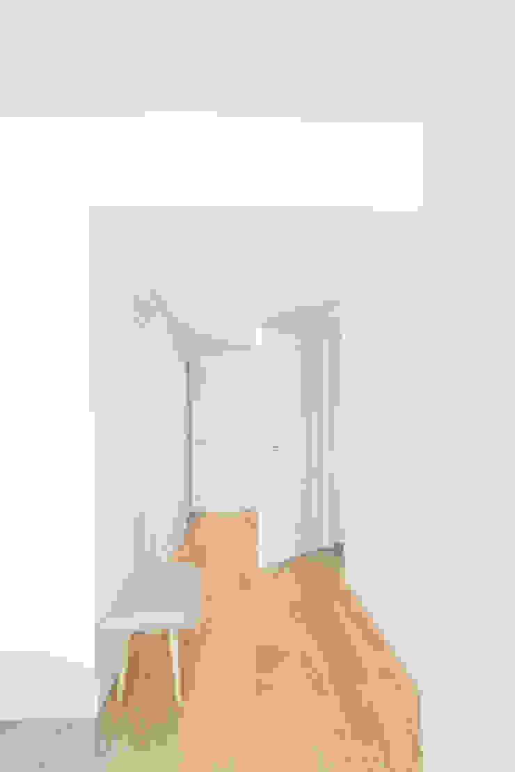 Bianco GruppoTre Architetti Ingresso, Corridoio & Scale in stile moderno