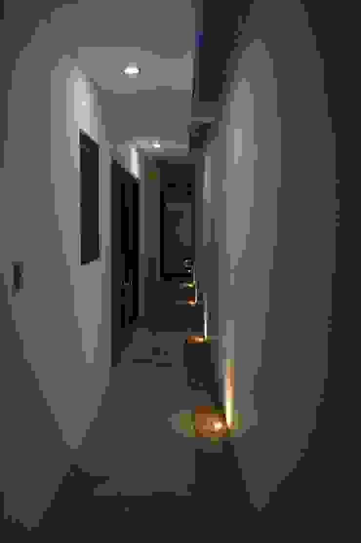 現代風玄關、走廊與階梯 根據 Punto Libre Arquitectura 現代風