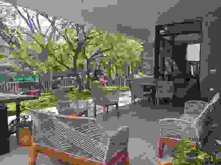 Y tú sala:  de estilo tropical por SILLAS ACAPULCO ESTILO RETRO , Tropical