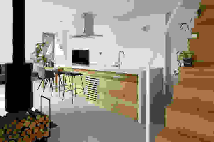 atelier137 ARCHITECTURAL DESIGN OFFICE Вбудовані кухні Дерево Дерев'яні