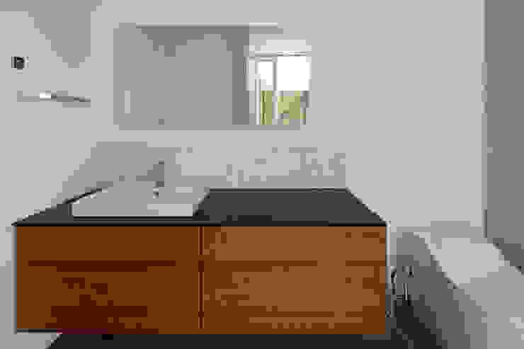 atelier137 ARCHITECTURAL DESIGN OFFICE Ванна кімната Дерево Дерев'яні