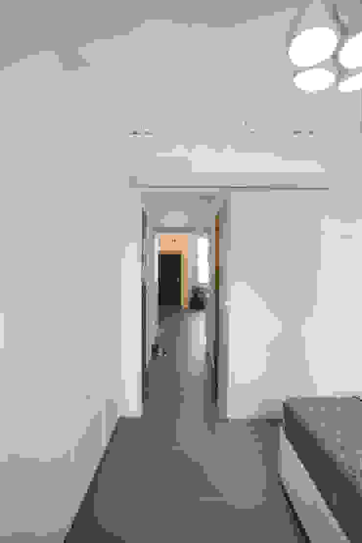 GruppoTre Architetti ห้องโถงทางเดินและบันไดสมัยใหม่ White