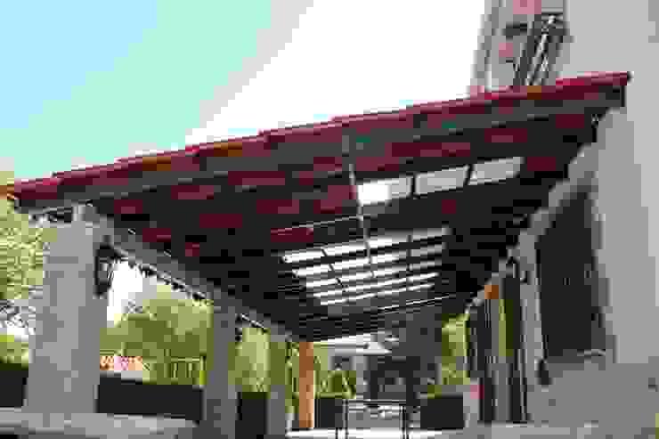 Pérgola con teja plástica color arcilla combinado con translúcida Roofeco System SL Techos inclinados Plástico Transparente