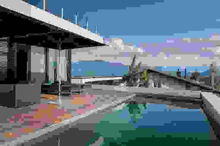 Terrasse mit Pool Avantecture GmbH Moderne Pools