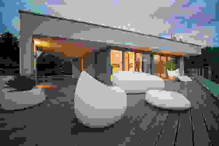 Terrasse mit Möbeln Avantecture GmbH Moderner Balkon, Veranda & Terrasse