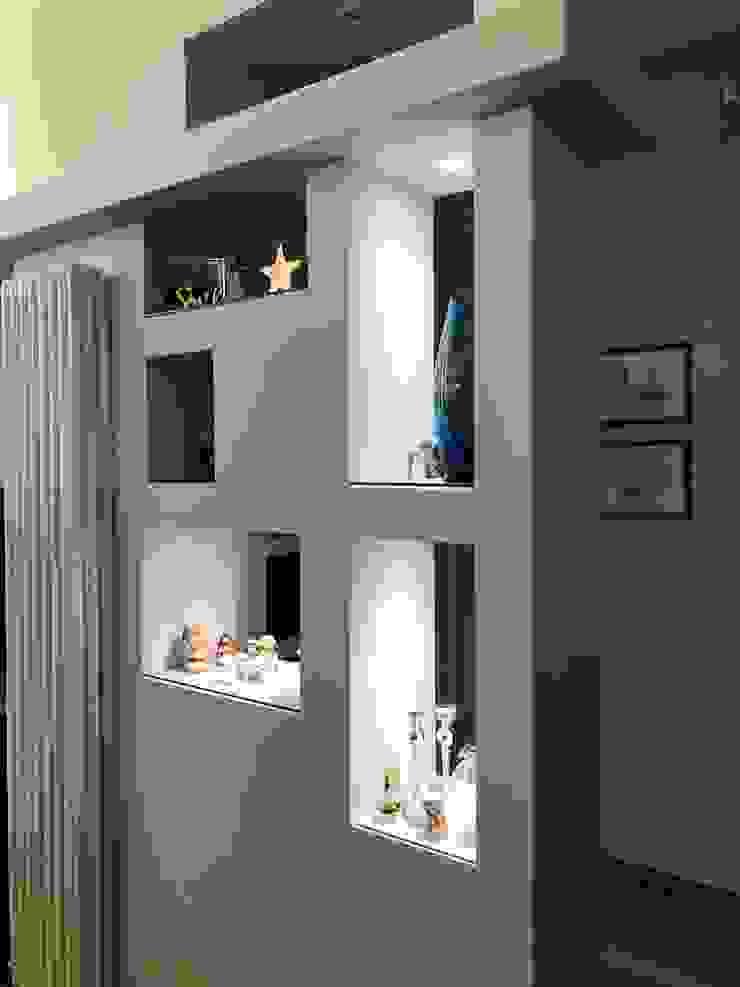 Piccola parete attrezzata Soggiorno moderno di Laura Marini Architetto Moderno