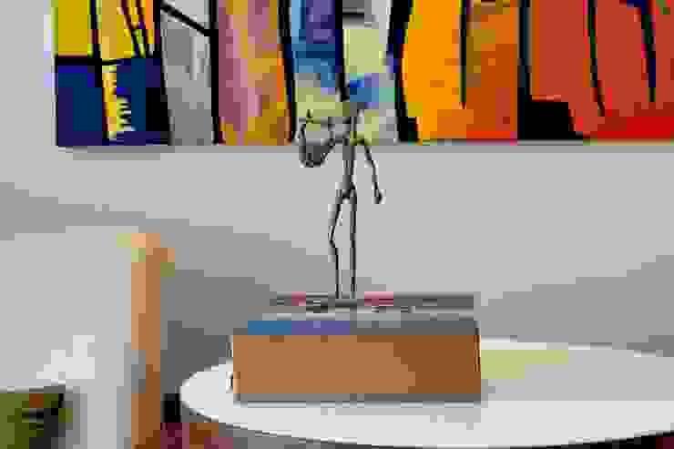 Mesa de apoio com poltronas Salas de estar modernas por RAWI Arquitetura + Design Moderno Madeira Efeito de madeira