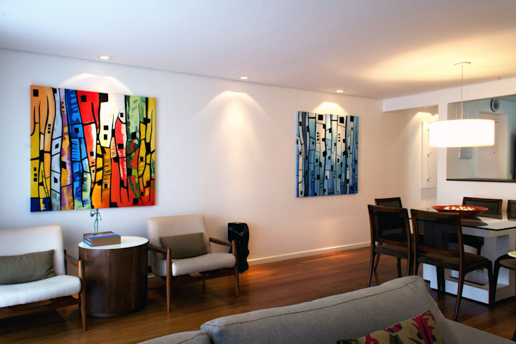 RAWI Arquitetura + Design Modern living room Wood Multicolored