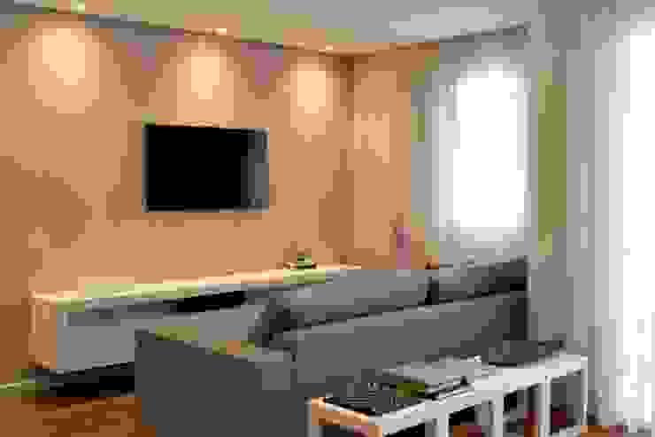 Living com TV Salas de estar modernas por RAWI Arquitetura + Design Moderno Madeira Efeito de madeira