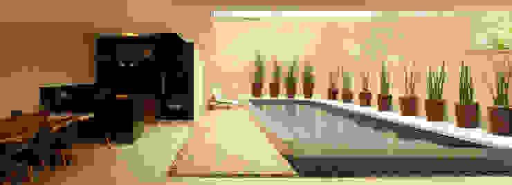 Piscina verde com borda infinita e área de lazer com churrasqueira por RAWI Arquitetura + Design Moderno Pedra