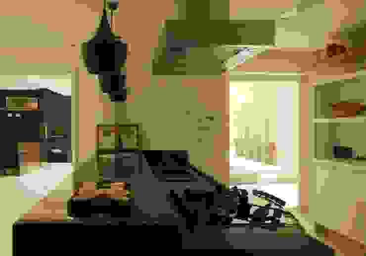 Cozinha americana com ilha RAWI Arquitetura + Design Armários e bancadas de cozinha Pedra Preto