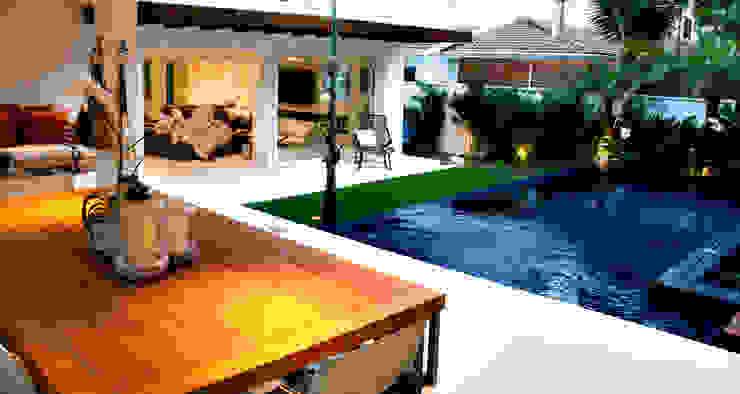 Piscina azul com borda infinita e varanda gourmet por RAWI Arquitetura + Design Minimalista Cerâmica