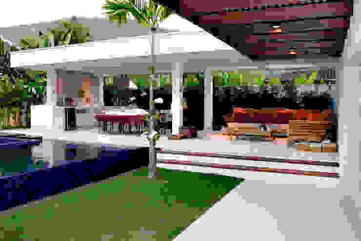 Varanda gourmet com piscina com borda infinita por RAWI Arquitetura + Design Minimalista Madeira Efeito de madeira