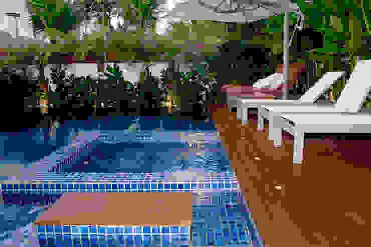Spa em pastilha dentro da piscina por RAWI Arquitetura + Design Minimalista Cerâmica