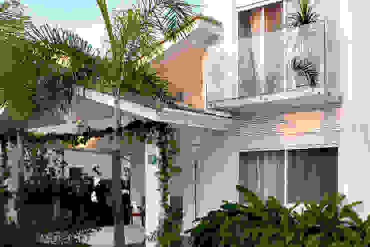 Fachada com varanda e guarda corpo em vidro por RAWI Arquitetura + Design Minimalista Vidro