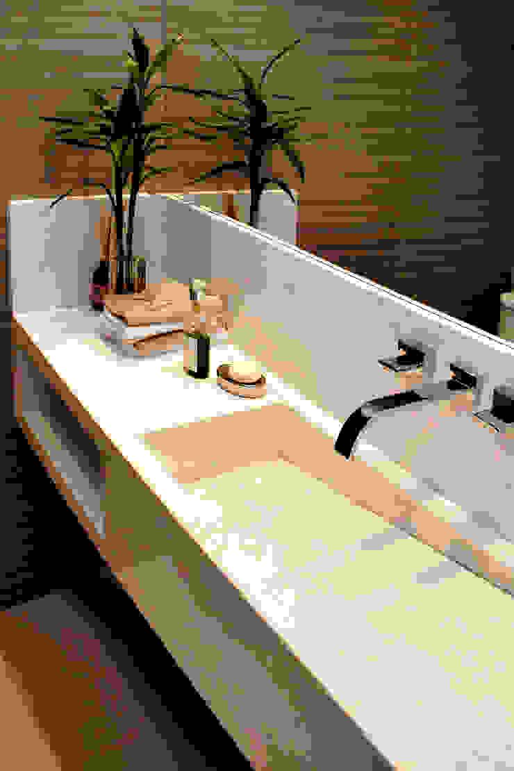 Minimalist style bathroom by RAWI Arquitetura + Design Minimalist Stone