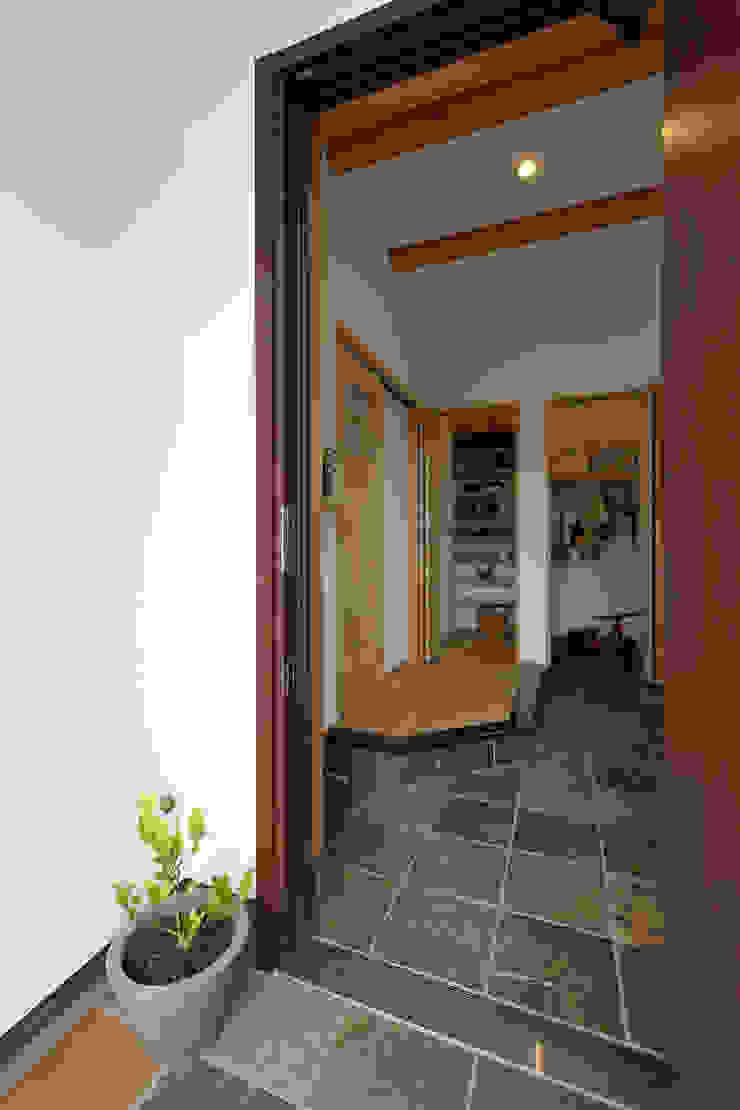 Pasillos, vestíbulos y escaleras de estilo industrial de 株式会社コラボハウス Industrial