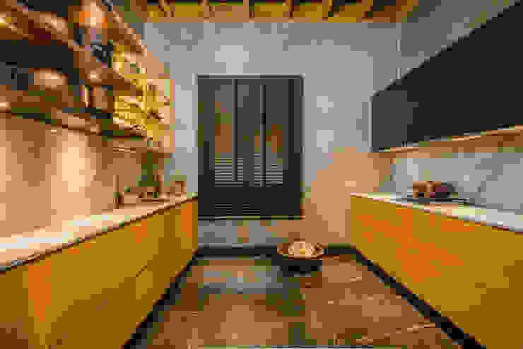 Loft del Arqueólogo Luis Escobar Interiorismo Cocinas de estilo ecléctico