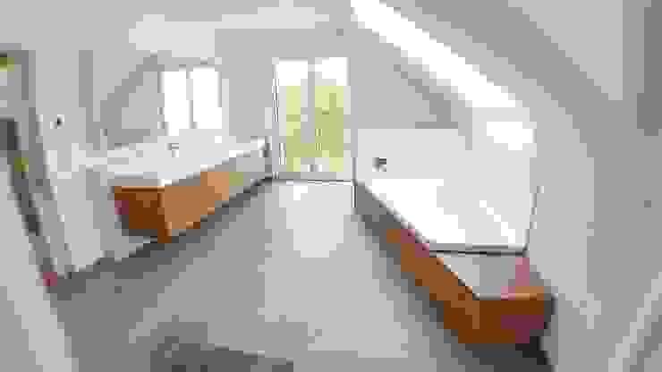 Badezimmer mit Waschtisch in HPL Eiche Hammer & Margrander Interior GmbH Moderne Badezimmer Holznachbildung