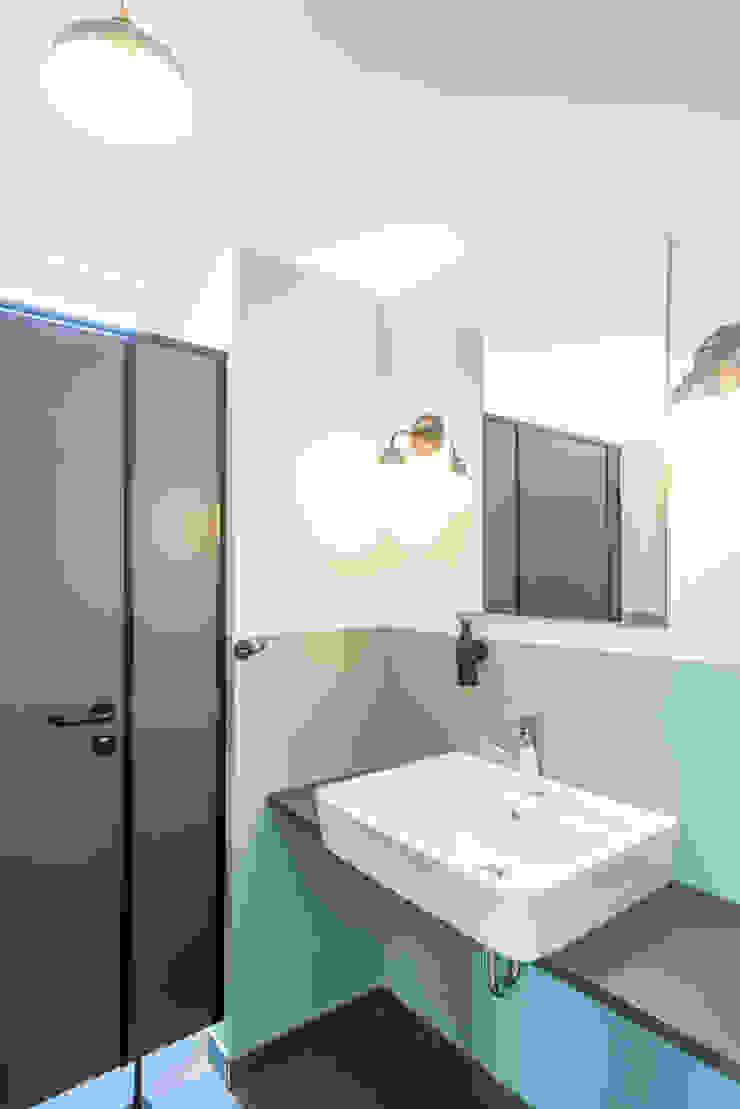 raumdeuter GbR Industrial style bathrooms