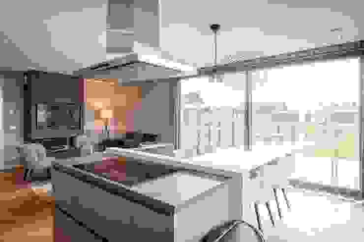 Cocinas de estilo moderno de hans moor architects Moderno