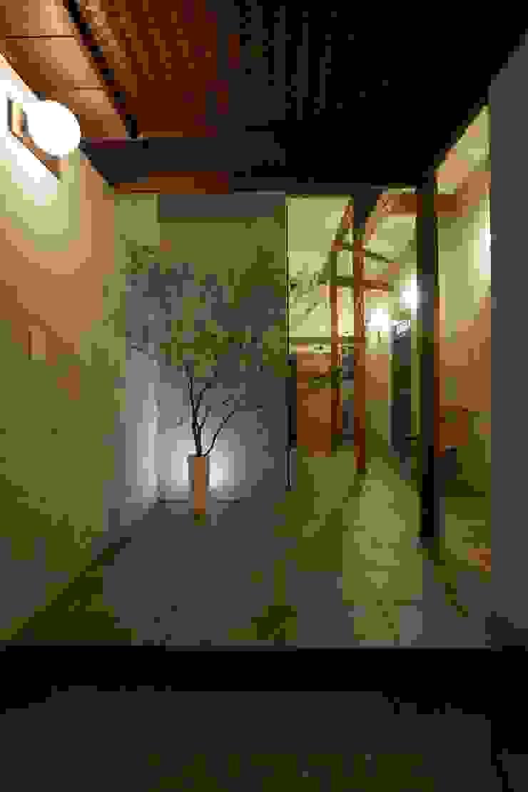 Rustykalny korytarz, przedpokój i schody od Mimasis Design/ミメイシス デザイン Rustykalny Płytki