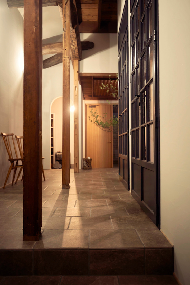 Mimasis Design/ミメイシス デザイン Rustic style corridor, hallway & stairs