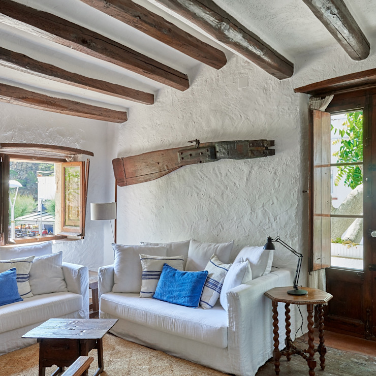 Salón Arquitectura d'Interiors-Isabel Roviralta Salones de estilo mediterráneo Madera maciza Azul
