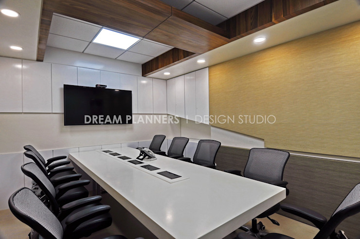 Conference Room by Dreamplanners Modern Wood Wood effect