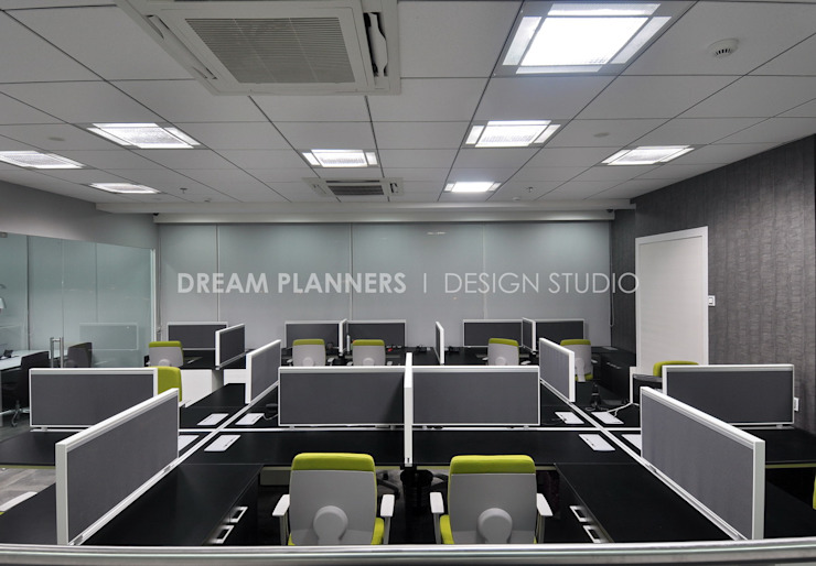 Staff Desk: modern  by Dreamplanners,Modern Glass