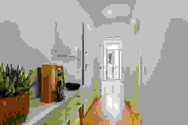 Conceitos Itinerantes, Lda Modern Corridor, Hallway and Staircase