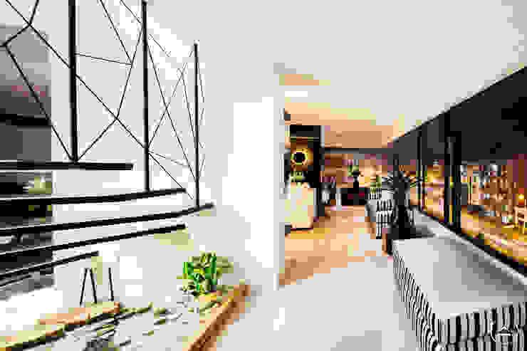 Al Norte Pasillos, vestíbulos y escaleras de estilo moderno de Modismo Moderno