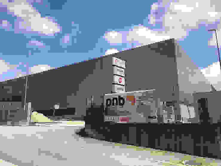 Edificio Industrial Manitowoc Crane Group Portugal, Lda Baltar/Parada, Paredes Escritórios industriais por rem-studio Industrial Ferro/Aço