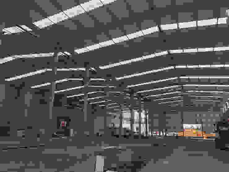 Edificio Industrial Manitowoc Crane Group Portugal, Lda Baltar/Parada, Paredes Escritórios industriais por rem-studio Industrial Metal