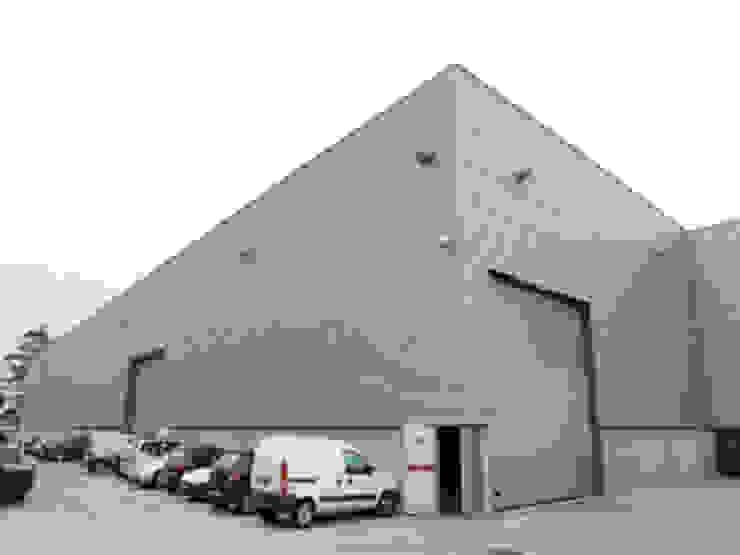 Edificio Industrial Manitowoc Crane Group Portugal, Lda Baltar/Parada, Paredes Escritórios industriais por rem-studio Industrial Alumínio/Zinco