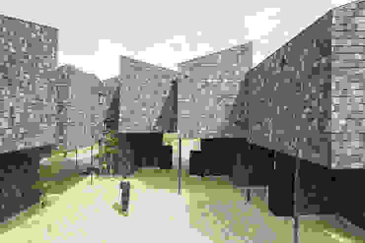 Paredes e pisos modernos por 1-1 Architects 一級建築士事務所 Moderno