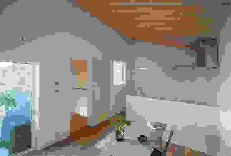 Salas de estar modernas por 1-1 Architects 一級建築士事務所 Moderno
