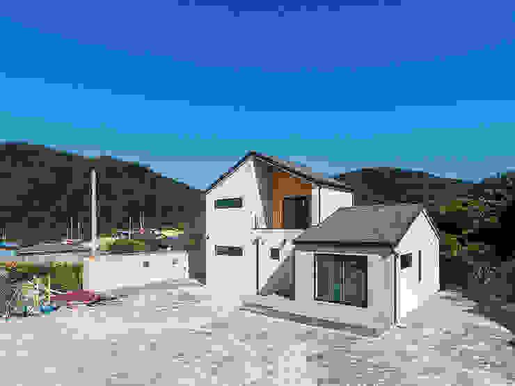 삼각지붕이 나란히, 따스한 목조주택 모던스타일 주택 by 한글주택(주) 모던