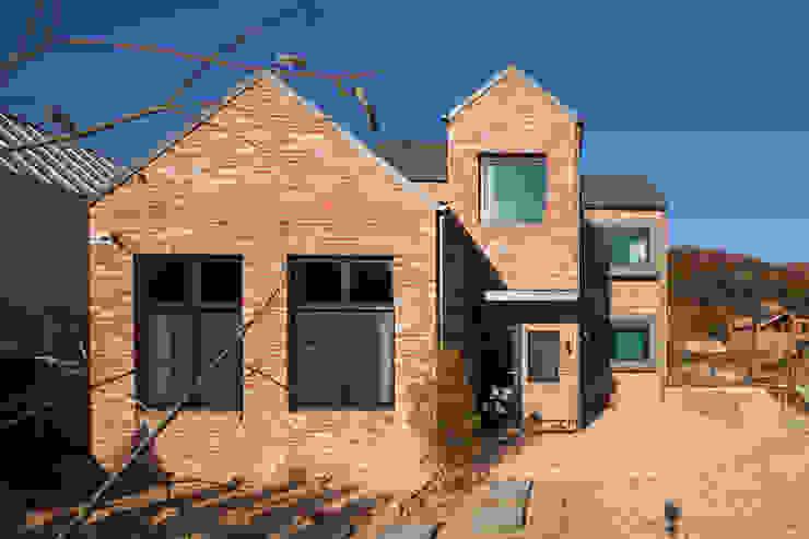 적고벽돌을 이용한 마감이 아름다운 서종면 정배리의 목조주택- 외관 by 위드하임 모던 벽돌